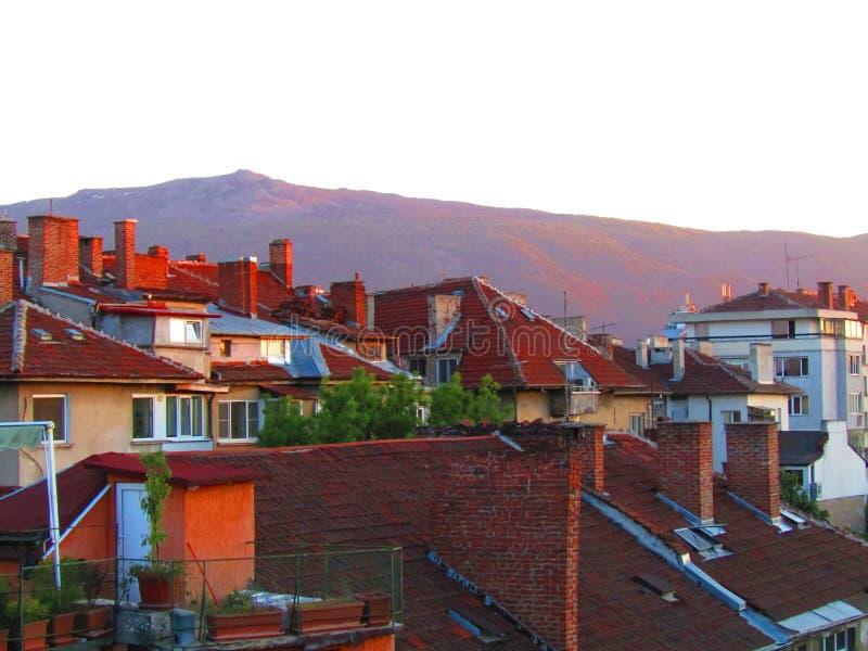 Telhados do por do sol na cidade de Sófia foto de stock