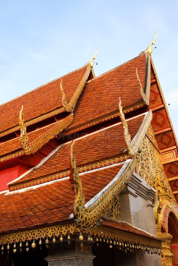 Telhados do templo de Wat Phrathat Doi Suthep foto de stock
