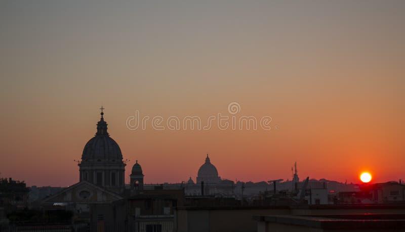 Telhados e abóbadas romanos no por do sol fotografia de stock royalty free