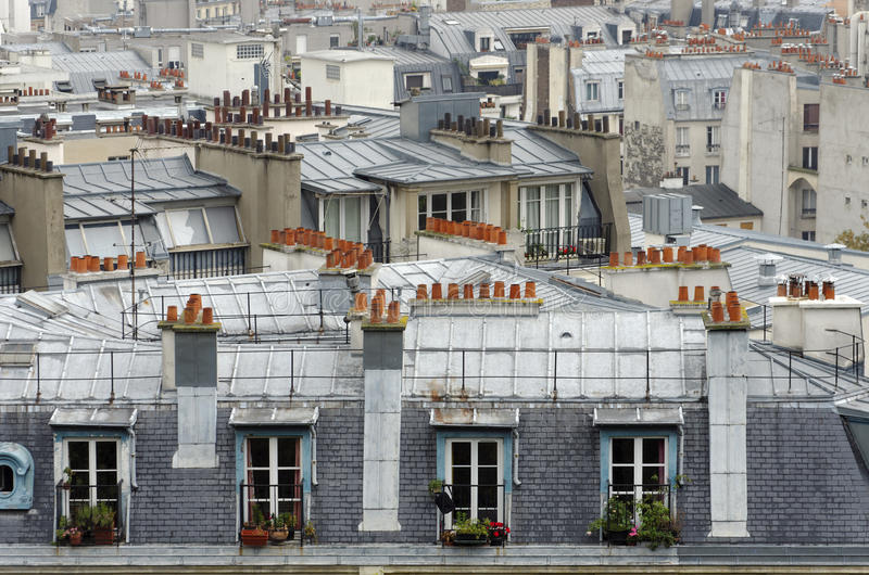 Telhados e chaminé na cidade de Paris fotos de stock royalty free