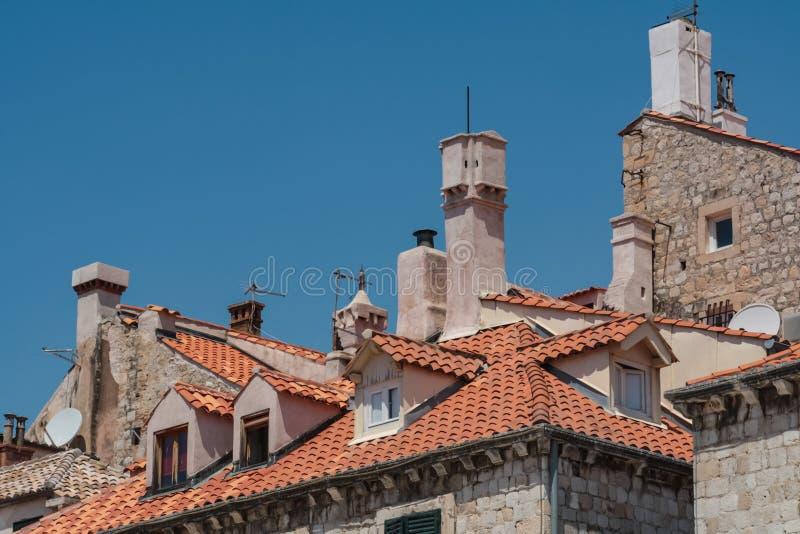 Telhados telhados e chaminés da cidade velha Dubrovnik na Croácia fotos de stock