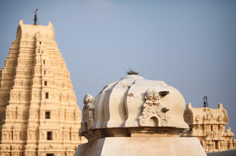 Telhados e partes superiores amarelos do complexo do templo de Virupaksha imagem de stock