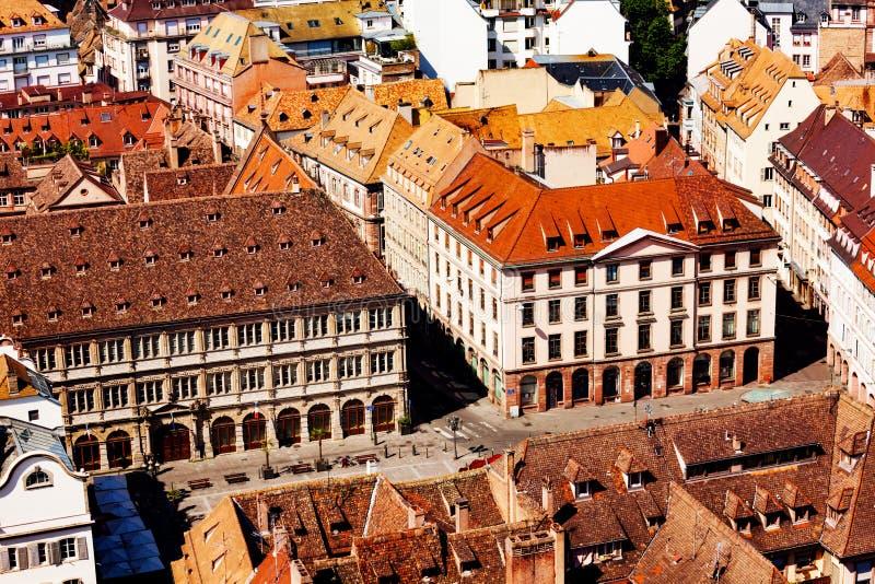 Telhados e quadrados pequenos de Strasbourg, França do leste imagem de stock