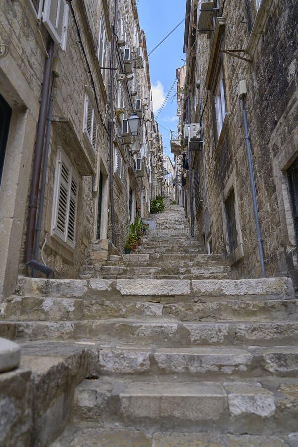 Telhados e ruas velhos da cidade de Dubrovnik do panorama Europa, Cro?cia imagens de stock
