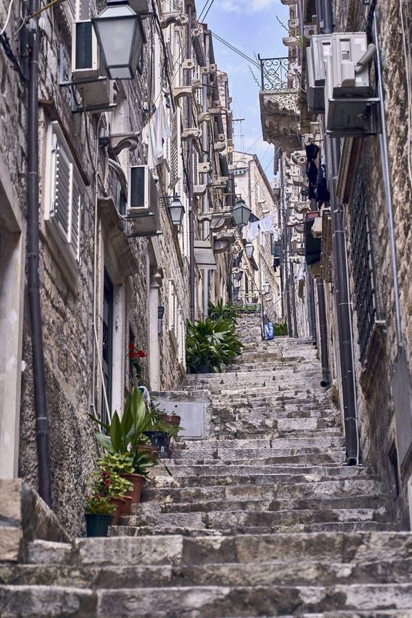 Telhados e ruas velhos da cidade de Dubrovnik do panorama Europa, Cro?cia fotos de stock