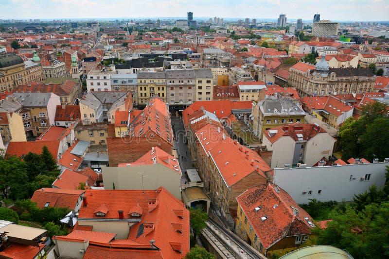 Telhados e skyline coloridos de Zagreb foto de stock