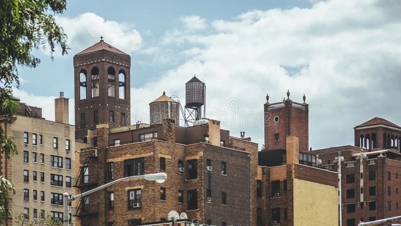 Telhados e torres de água de New York imagem de stock