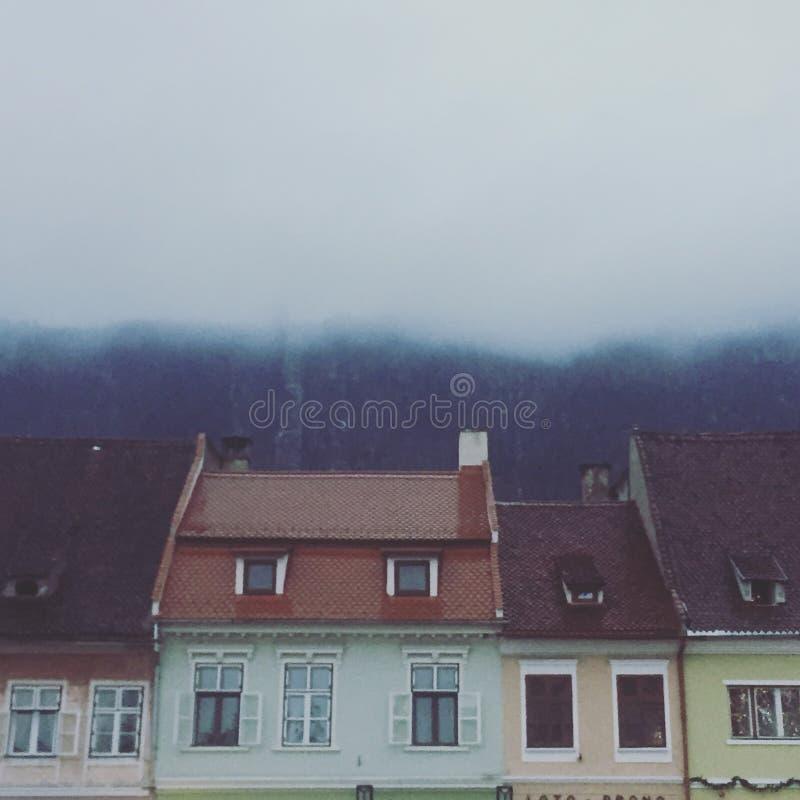 Telhados em Brasov, Romênia, em um dia de inverno nevoento imagens de stock royalty free