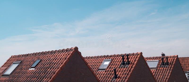 Telhados holandeses velhos da casa em um dia ensolarado com um céu azul claro fotografia de stock royalty free