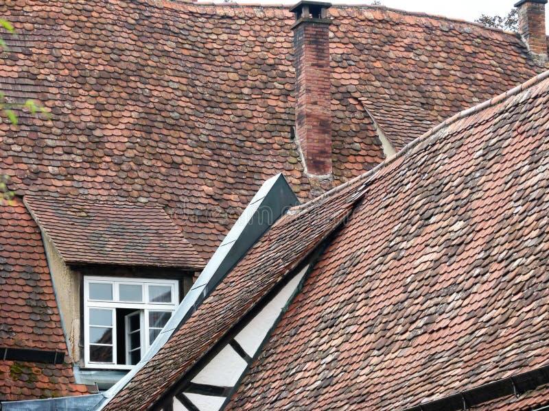 Telhados telhados interessantes das construções da Idade Média adiantada foto de stock