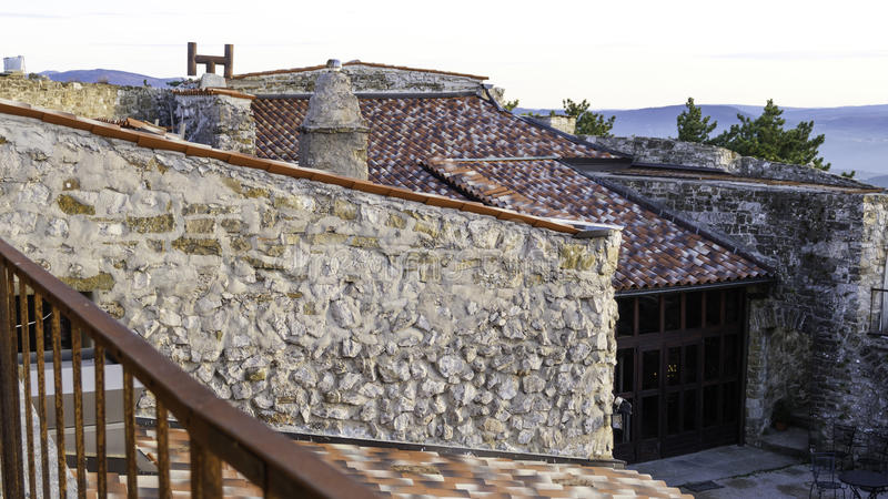 Telhados telhados vermelhos com paredes de pedra e chaminés fotografia de stock
