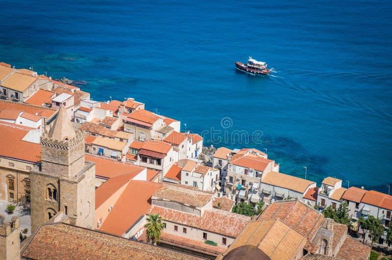 Telhados velhos da cidade de Cefalu e o barco Itália fotografia de stock royalty free