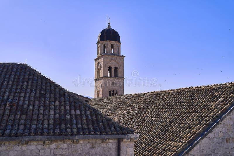 Telhados velhos da cidade de Dubrovnik do panorama Europa, Cro?cia foto de stock