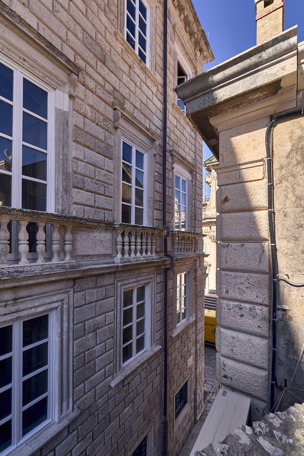 Telhados velhos da cidade de Dubrovnik do panorama Europa, Cro?cia imagem de stock