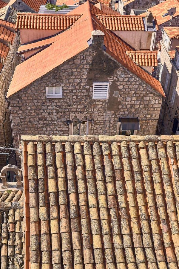 Telhados velhos da cidade de Dubrovnik do panorama Europa, Cro?cia imagens de stock royalty free