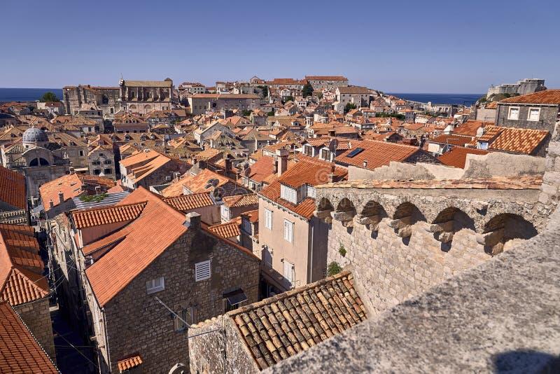 Telhados velhos da cidade de Dubrovnik do panorama Europa, Cro?cia imagens de stock