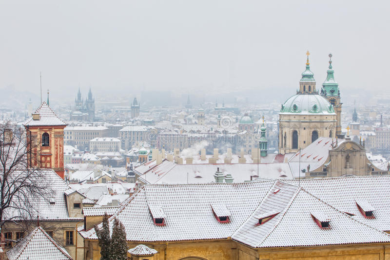Telhados velhos no inverno, Praga da cidade, república checa imagem de stock