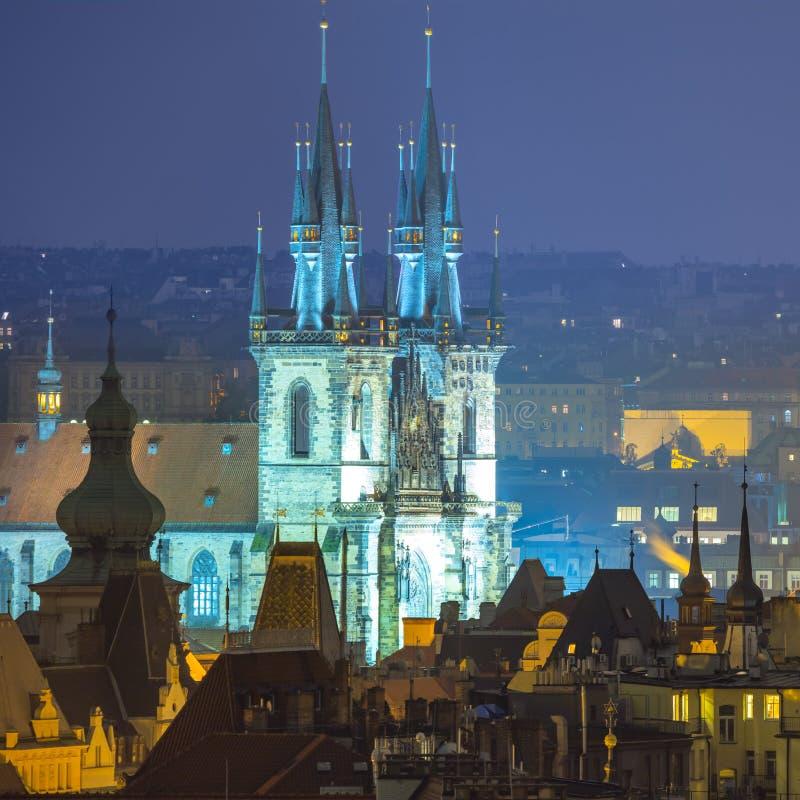 Telhados velhos surpreendentes da cidade e iluminação da noite, Europa imagem de stock
