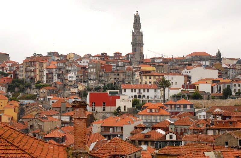 Telhados vermelhos e torre alta fotos de stock royalty free