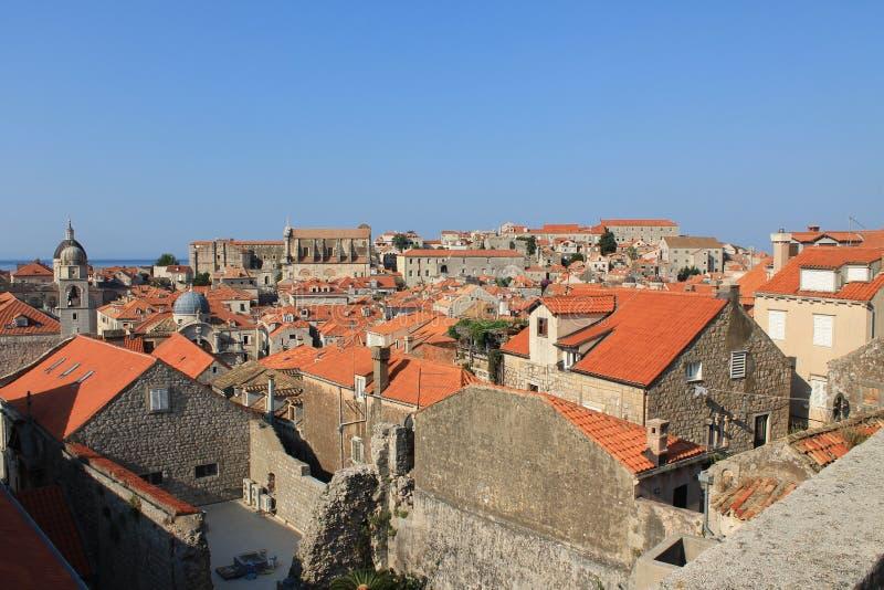 Telhados telhados vermelhos no centro histórico da Croácia de Dubrovnik foto de stock