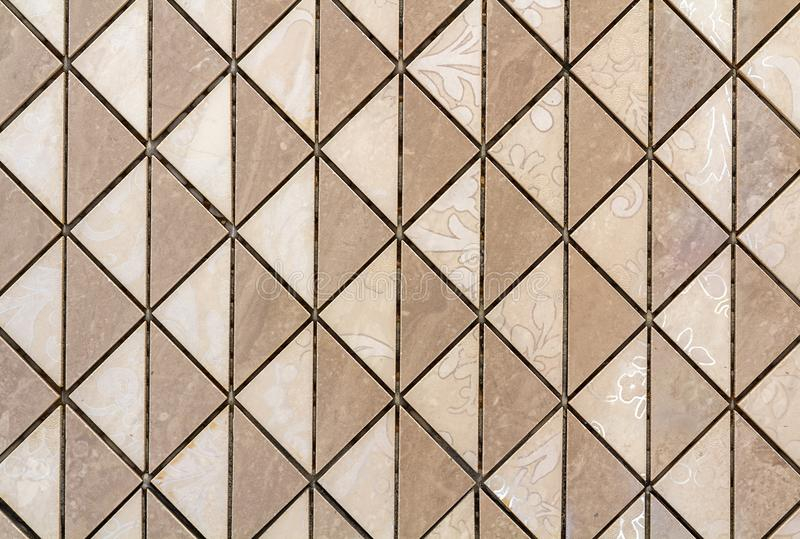 Telhas bege parede ou assoalho com a decoração floral clara Repetindo o projeto gráfico, superfície plana, fundo geométrico imagem de stock royalty free