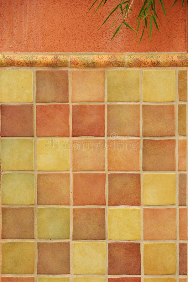 Telhas coloridas na parede do estuque imagens de stock royalty free
