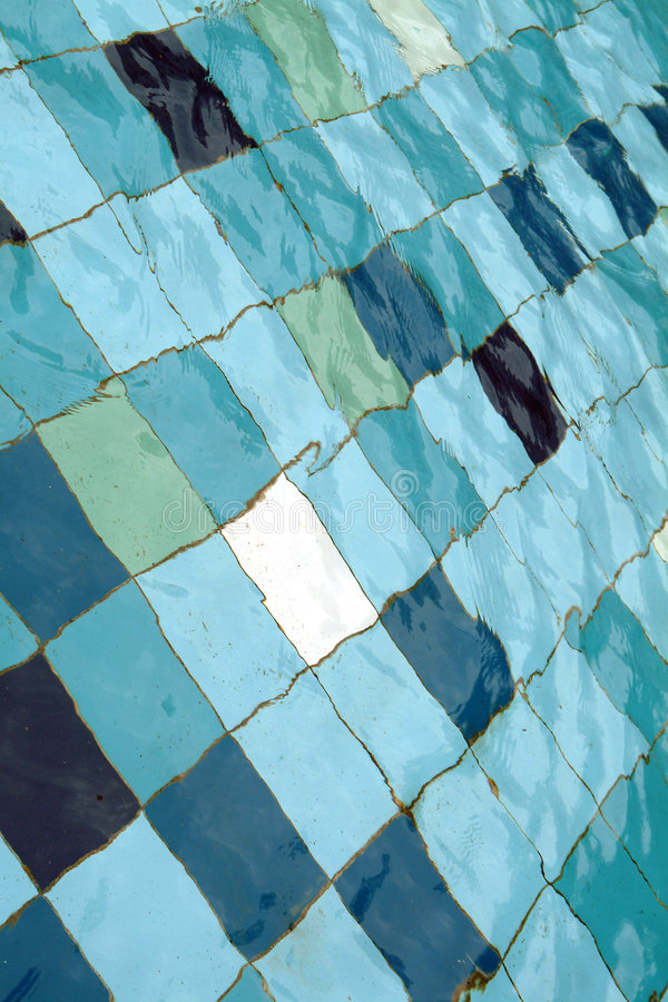 Telhas coloridas na piscina, fundo fotografia de stock royalty free