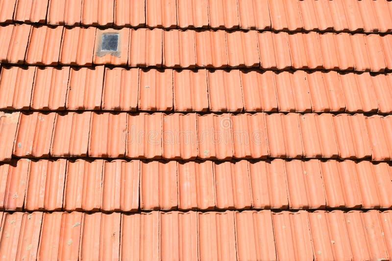 TELHAS DA PARTE SUPERIOR DE RED ROOF COM VIDRO DA LUZ SOLAR foto de stock