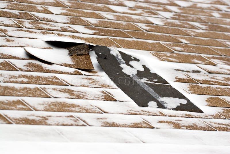 Telhas danificadas inverno do telhado fotografia de stock