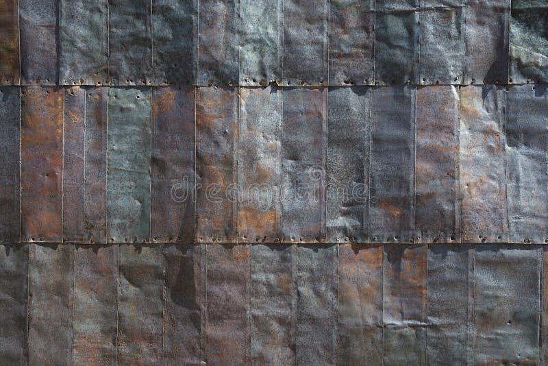 Telhas de aço no lado da construção velha da mineração imagens de stock royalty free