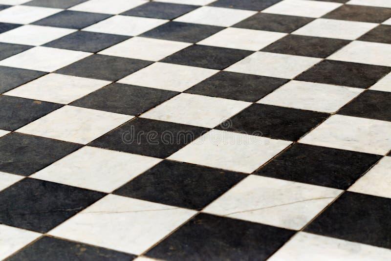 Telhas de assoalho em um tabuleiro de xadrez a perspectiva é preto e branco imagens de stock
