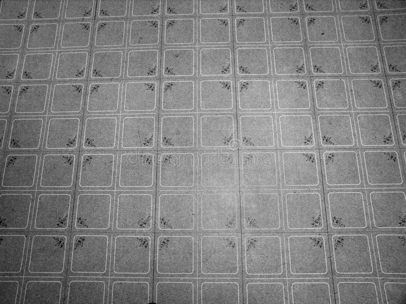 Telhas de assoalho sujas do linóleo do vintage velho fotografia de stock