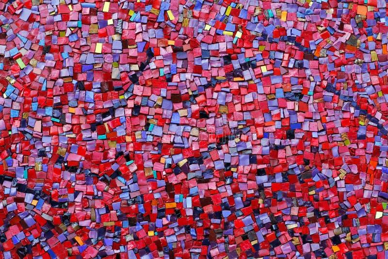 Telhas de mosaico de pedra vermelhas, cor-de-rosa, amarelas, e roxas coloridas na parede fotos de stock royalty free