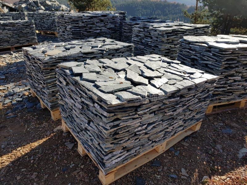 Telhas de pedra em diversas páletes em uma pedreira fotos de stock