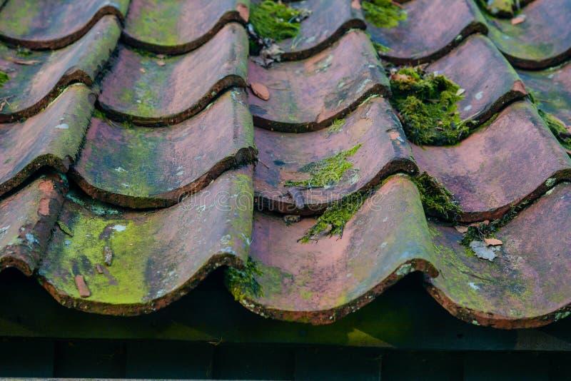 Telhas de telhado em close up velhos da casa fotografia de stock