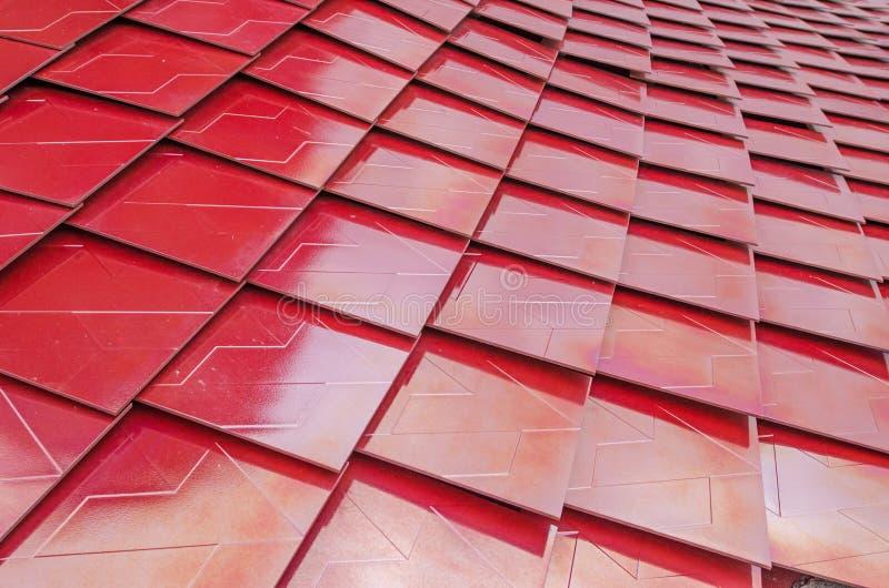 Telhas de telhado metalizadas vermelho foto de stock royalty free
