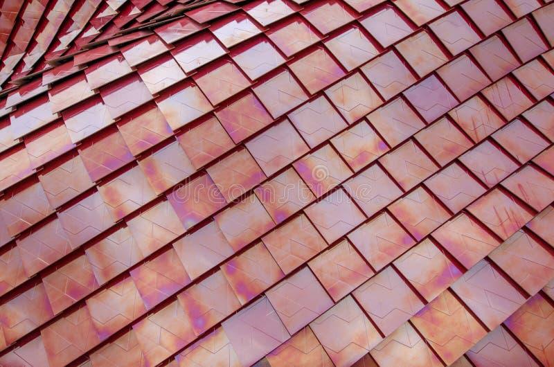 Telhas de telhado metalizadas vermelho imagens de stock royalty free