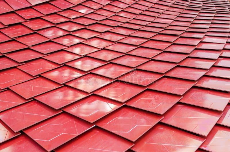 Telhas de telhado metalizadas vermelho imagem de stock