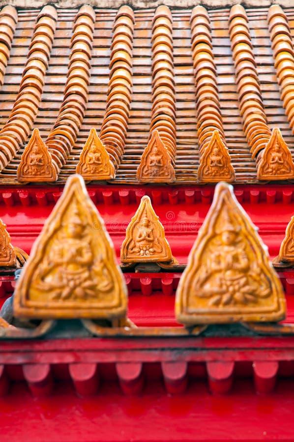 Telhas de telhado tailandesas do templo do buddhism do estilo imagens de stock