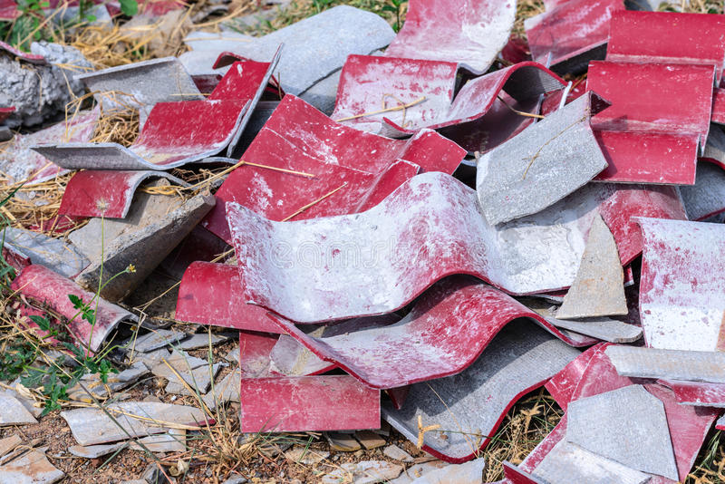 Telhas extirpadas no local da construção civil imagem de stock royalty free