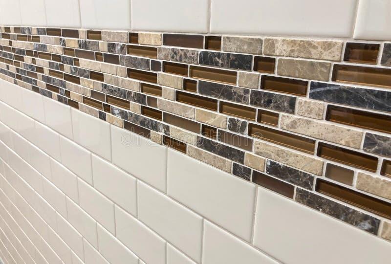 Telhas feitas do vidro e da pedra instalados na parede como o backsplash da decoração ou da cozinha imagem de stock