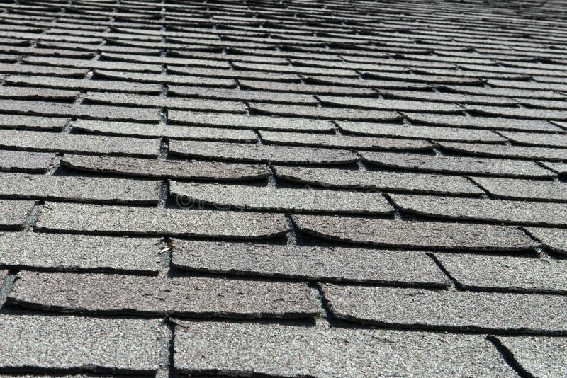 Telhas más e ondulando velhas do telhado em uma casa ou em uma casa foto de stock royalty free