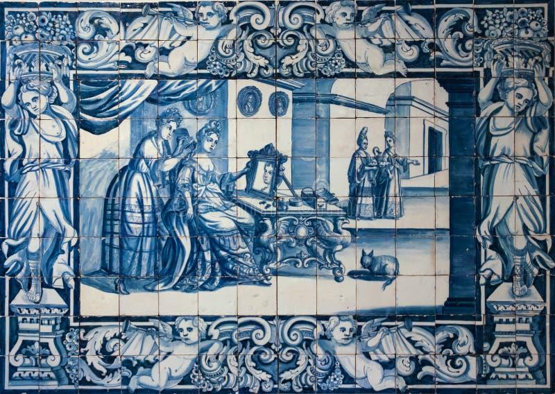 Telhas ou azulejos azuis tradicionais decoradas com uma cena doméstica. Lisboa. Portugal foto de stock royalty free