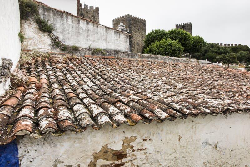 Telhas vermelhas características na cidade velha, medieval, portuguesa o foto de stock royalty free