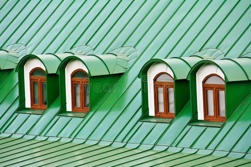 Telhe dormers no telhado coberto com as placas do ferro fotos de stock royalty free