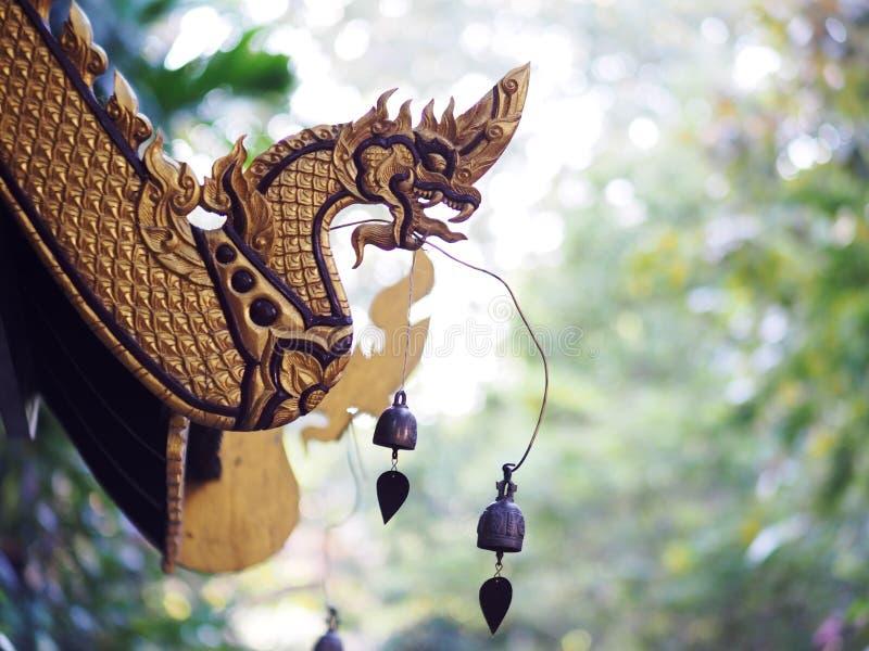 Telhe o detalhe de estilo do norte de Tailândia da arquitetura tailandesa histórica antiga do templo do buddhism fotografia de stock royalty free
