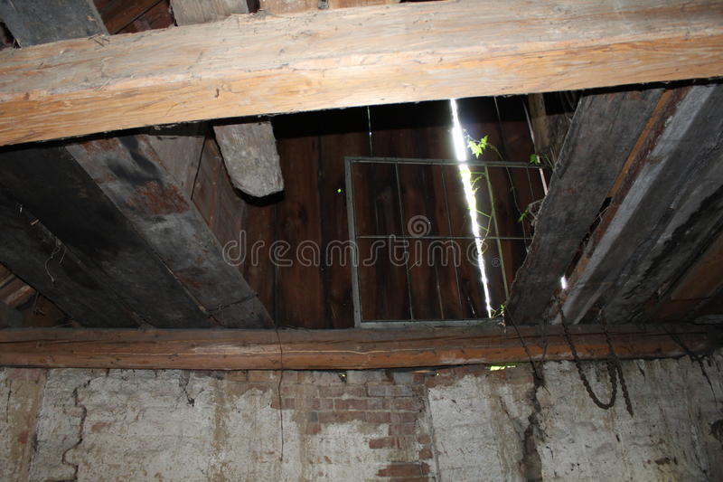 Telhe o solo e feixes de madeira velhos na casa de desintegração fotos de stock