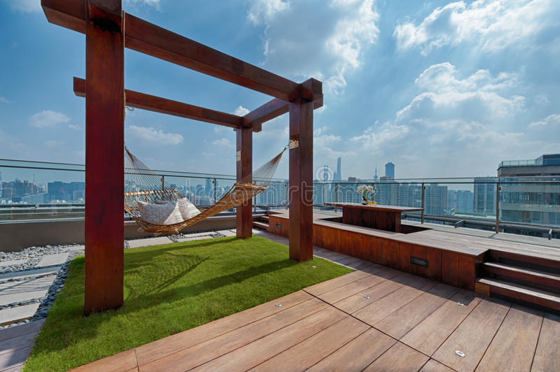 Telhe o terraço com a rede em um dia ensolarado imagem de stock