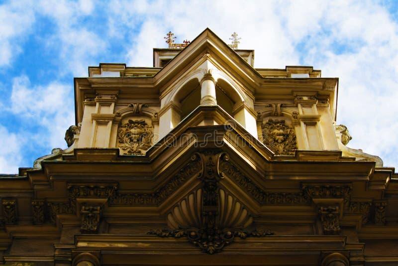 Telhe a parte superior de e a construção do centro de Zagreb, Croácia, fundo do céu azul imagens de stock