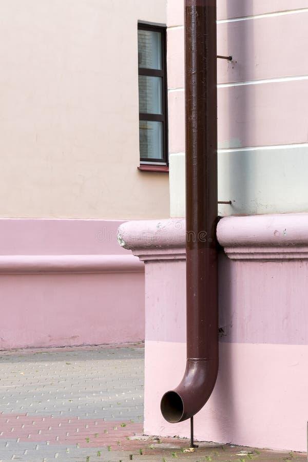 Telhe a tubulação de dreno do downspout da calha na casa da fachada imagens de stock
